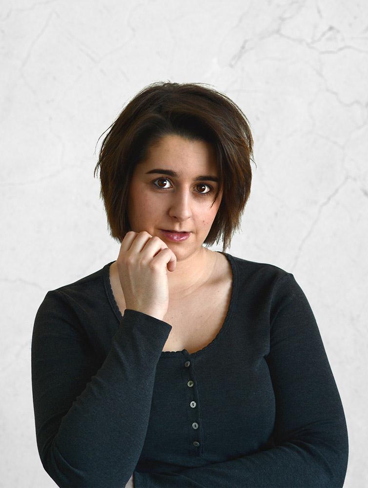 Portrait Charlotte Da Mota Graphiste et Webdesigner Freelance - Photo décorative